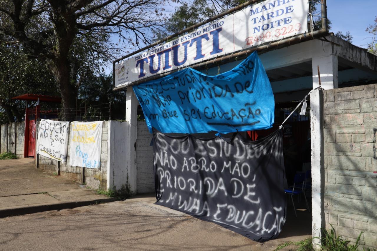 Contra o descaso do governo, pais e alunos ocupam escola Tuiuti, em Gravataí